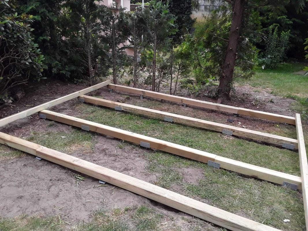 Schritt 3: Der Fundamentrahmen wird auf den Fundamentschrauben befestigt