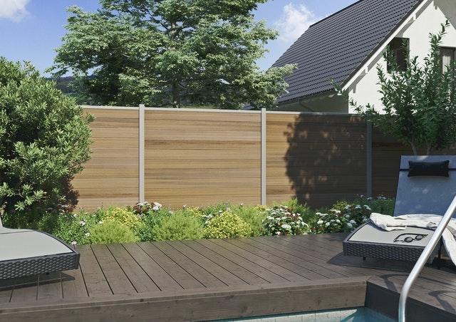 Ein Gartenzaun ist ein idealer Sichtschutz für ihre Outdoorsauna