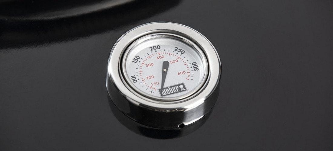 Das ikonische Logo auf dem Deckelthermometer eines Weber Grills