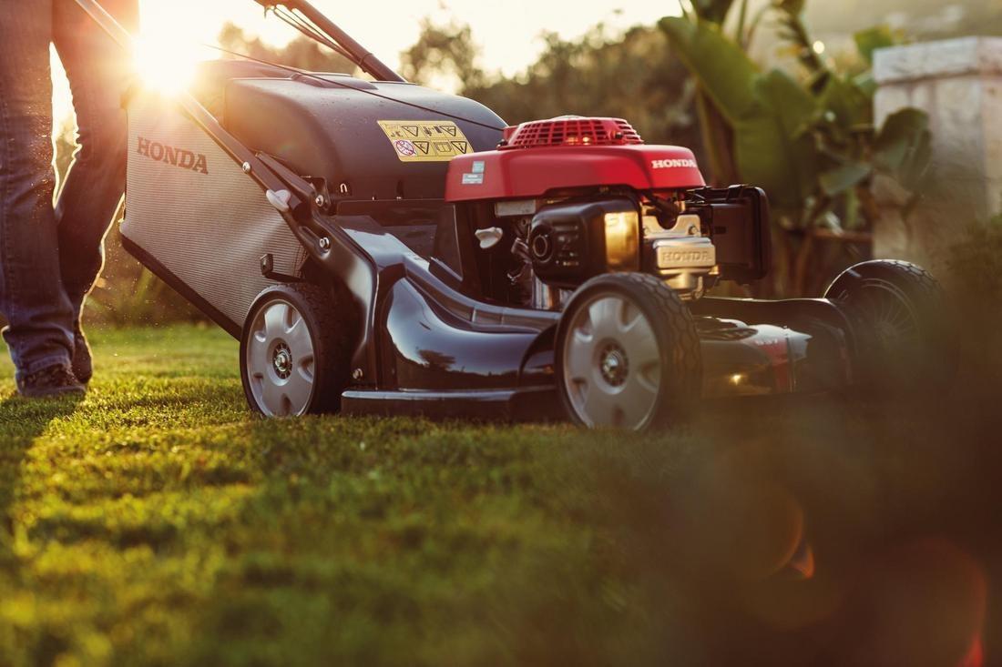 Honda Rasenmäher in der Abendsonne