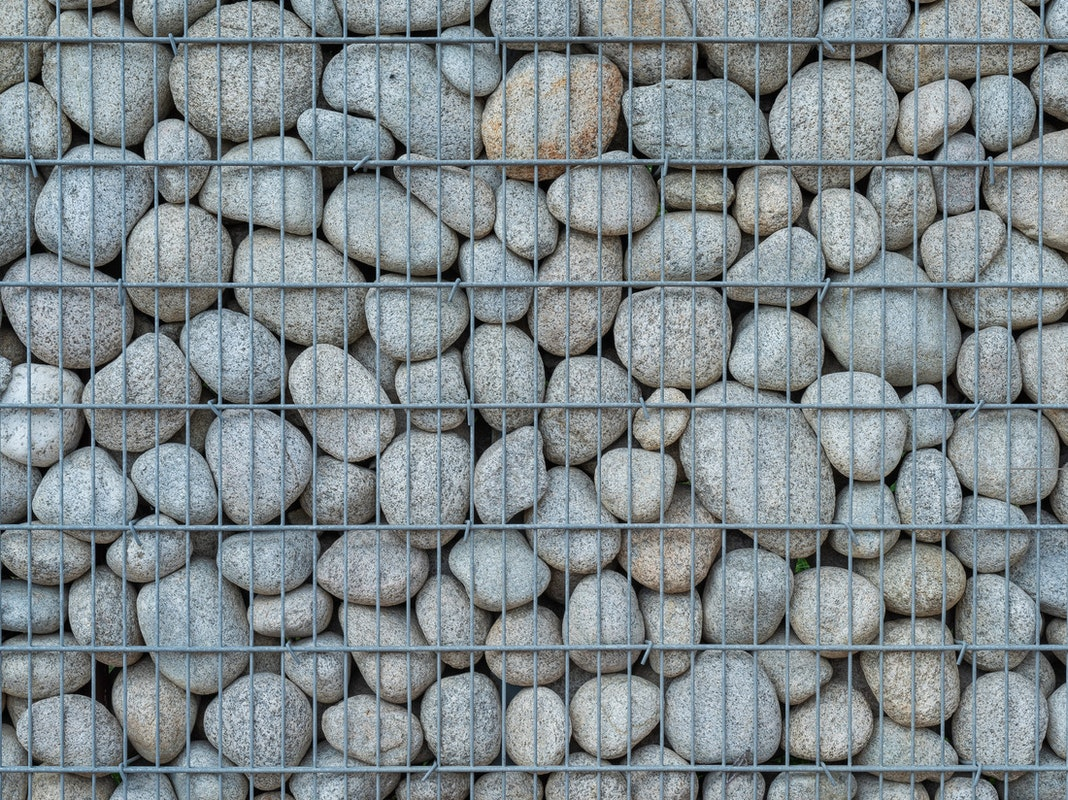 Gabione mit kleineren, runden Steinen
