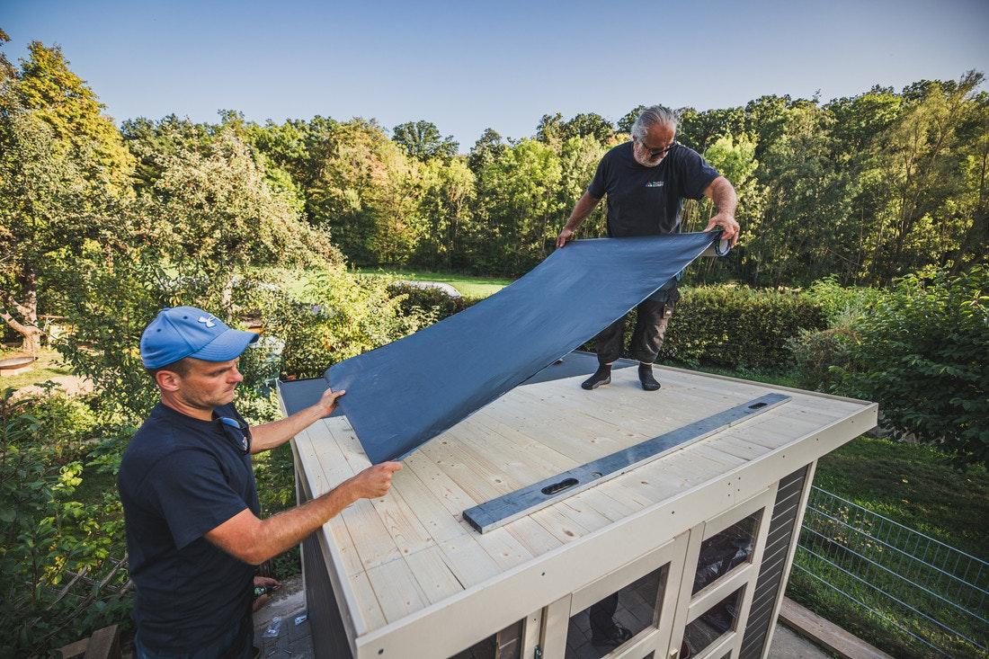 Das Dach wird mit selbstklebenden Alu-Dachbahnen gegen Wasser versiegelt.