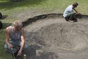 Teichbau Schritt 3: Den Teichgrundriss mit Hilfe einer Schnur ausmessen.