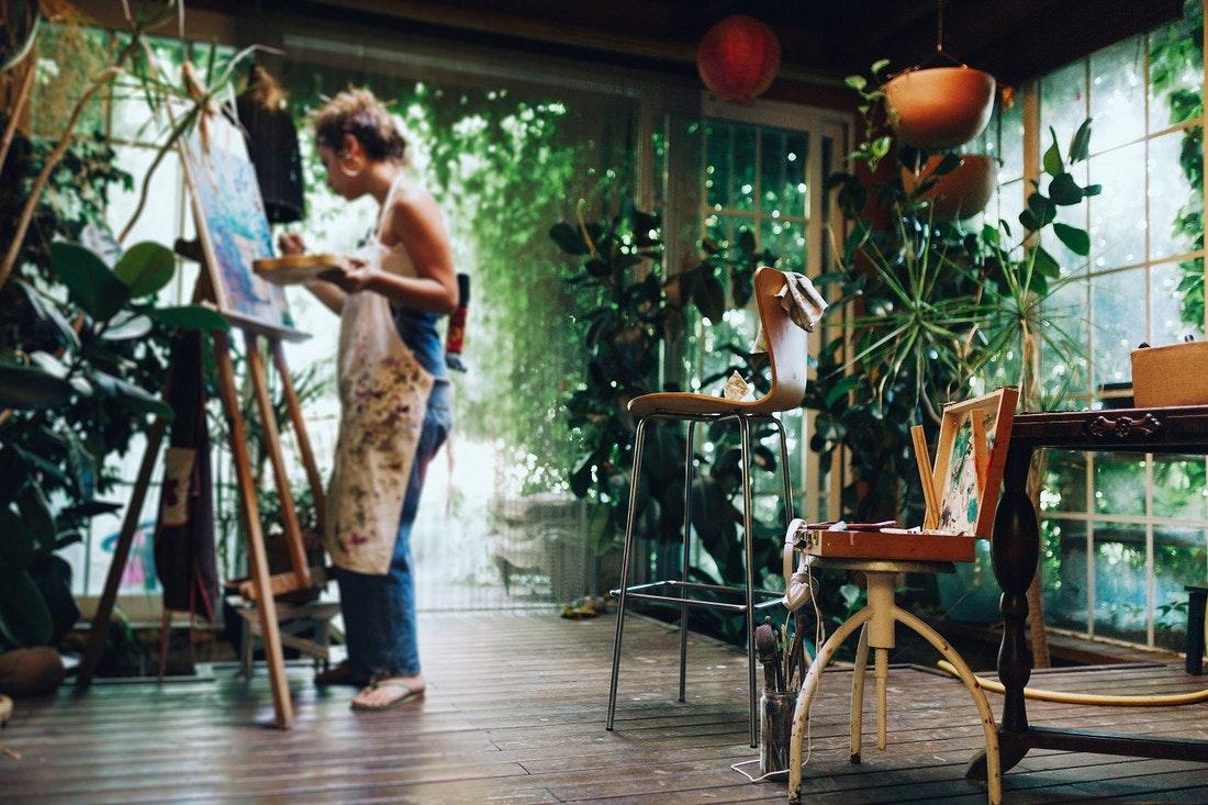 Gartenlaube als inspirierendes Kunststudio mitten im Grünen