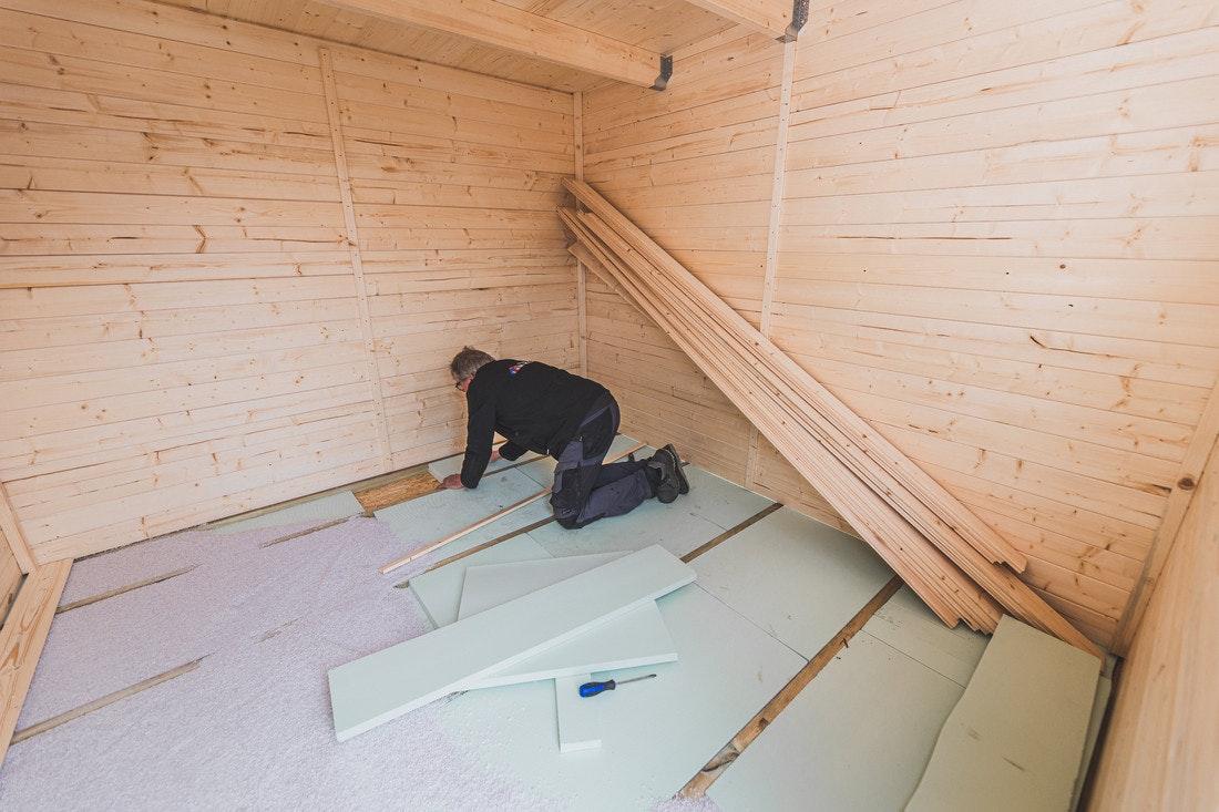 Der Fußboden des Gartenhauses kann mit Dämmungspaketen ausgelegt werden