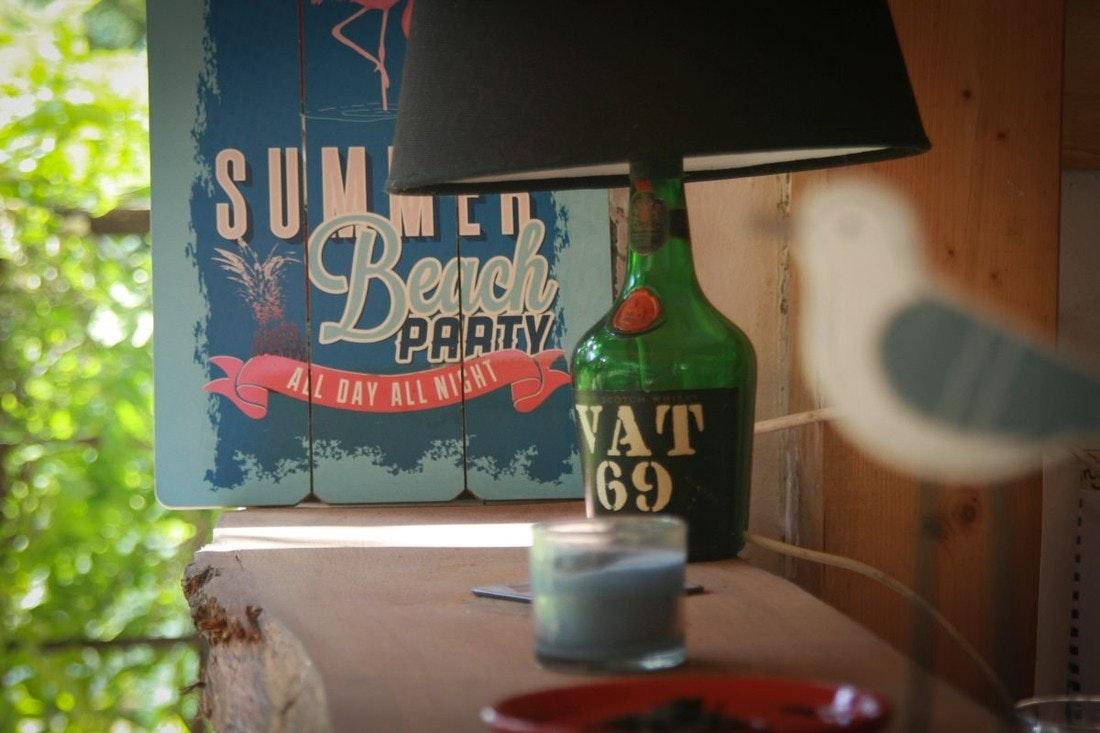 Die Bar am Teich mit Beachparty-, Möwen- und alter Rumflaschen-Deko.