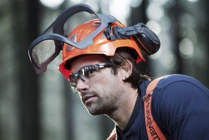 Besonders wichtig bei der Brennholzernte: Der Schutz für den Kopf