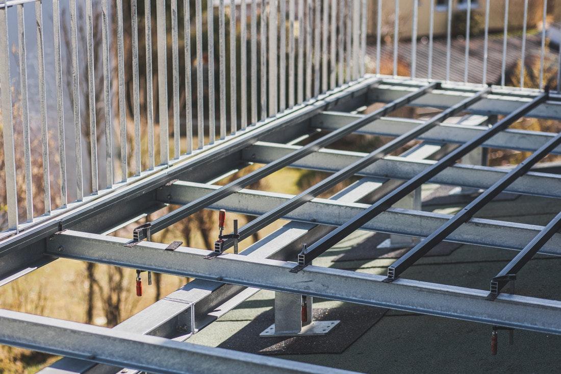 Eine Unterkonstruktion für eine Dachterrasse kann an einer soliden Rahmenkonstruktion befestigt werden