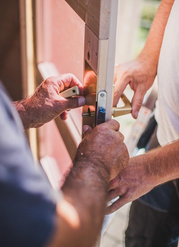 Die Amaturen der Tür werden angebracht und am Ende werden die Folien von den Glasscheiben entfernt