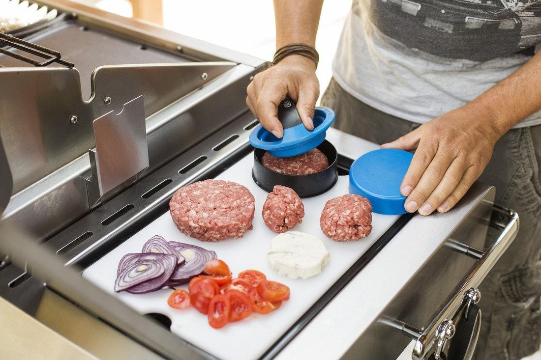 Vorbereitung der Speisen auf dem Nebenkochfeld