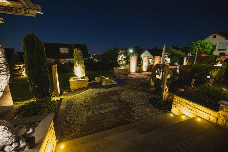 Eine vollständig beleuchtete Terrasse im Dunkeln