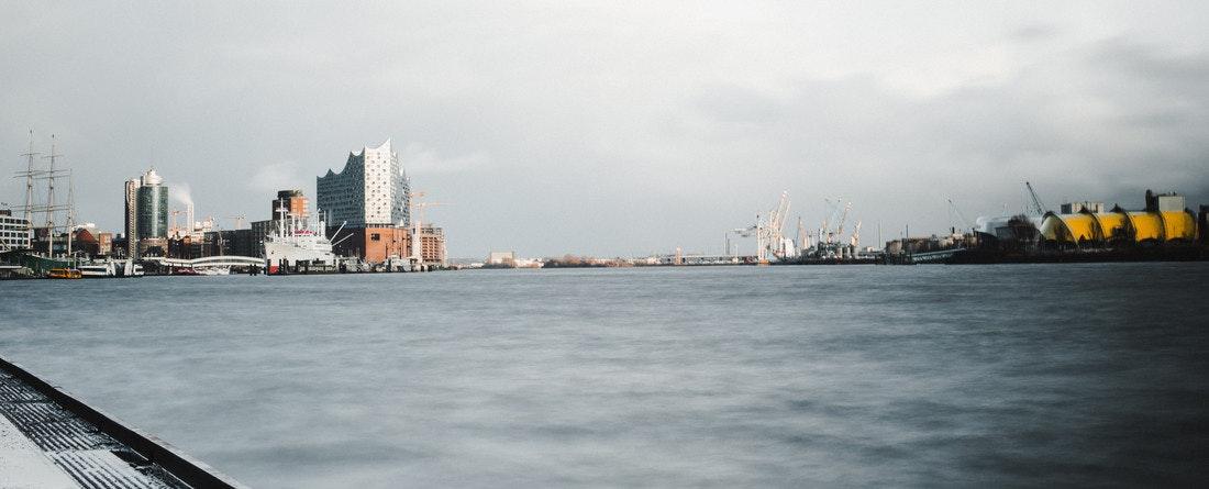 Der Hamburger Hafen mit der Elbphilharmonie ist ein wahrlich ikonischer Ausblick!