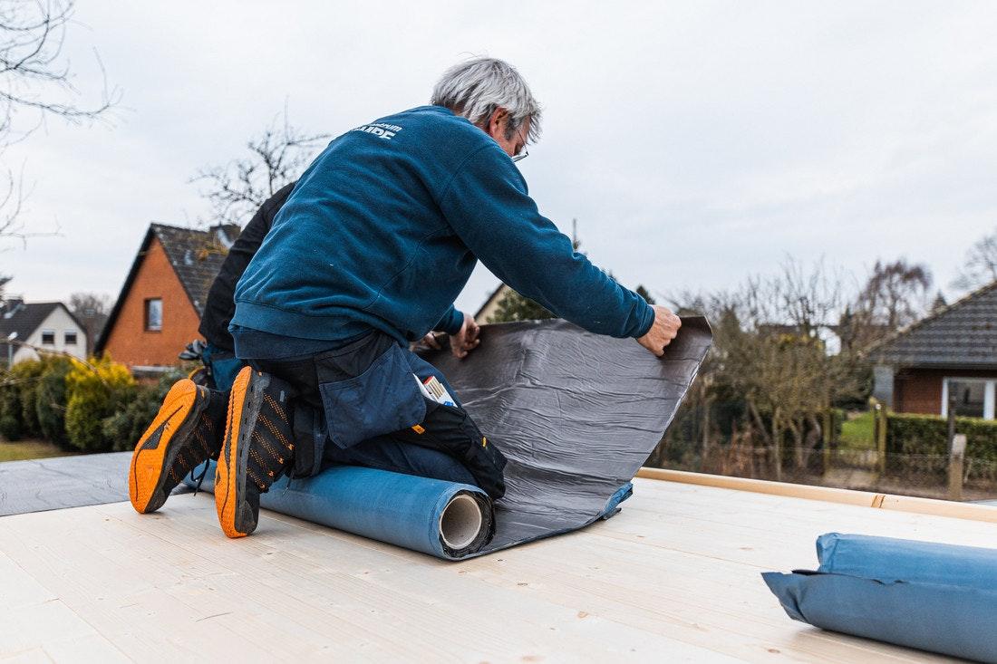 Die Dachbahnen sind kaltklebend und können einfach auf dem Dach ausgerollt werden