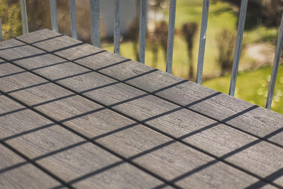 Die WPC-Terrassendielen in Holzoptik sind täuschend echt, jedoch bietet der Verbundstoff weitere Vorteile