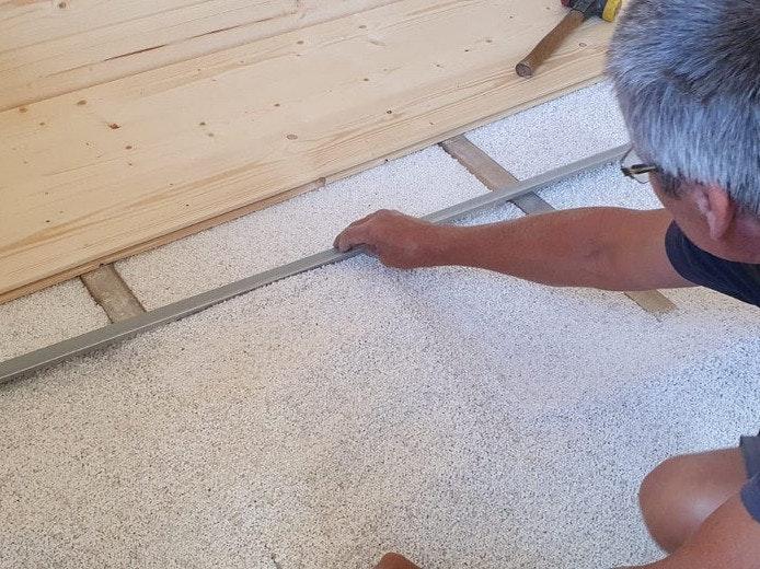 Mit einer Fußbodendämmung aus Dämmungsgranulat und Styrodur-Platten bekommen Sie im Gartenhaus keine kalten Füße