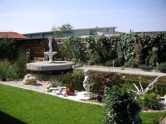 Blick auf Statue mit Teich