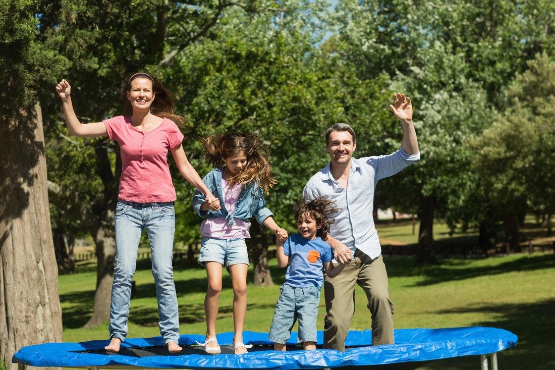 Hüpfspaß für die ganze Familie auf dem Trampolin