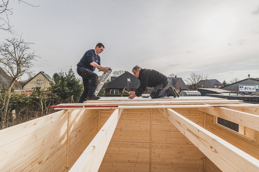 Die Dachbretter auf dem Flachdach können ganz einfach auf den Balken festgenagelt werden