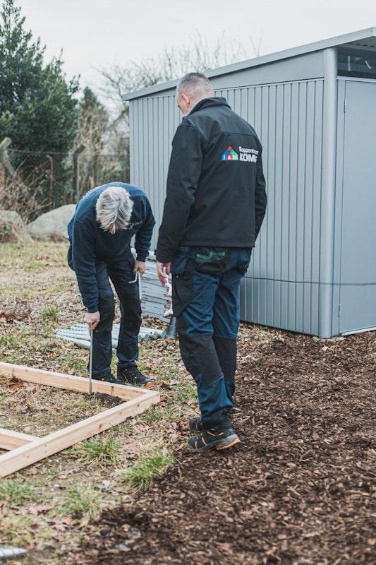 Der fertige Rahmen wird danach richtig ausgerichtet. Genau hier soll später das Gartenhaus stehen.