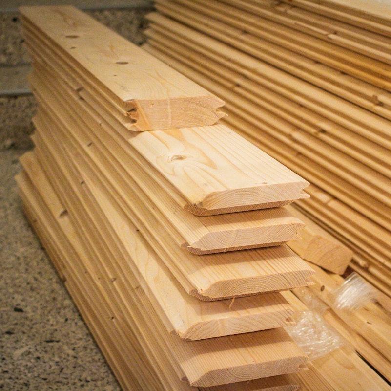 Massivholzbohlen zum Bau eine Blockhaussauna