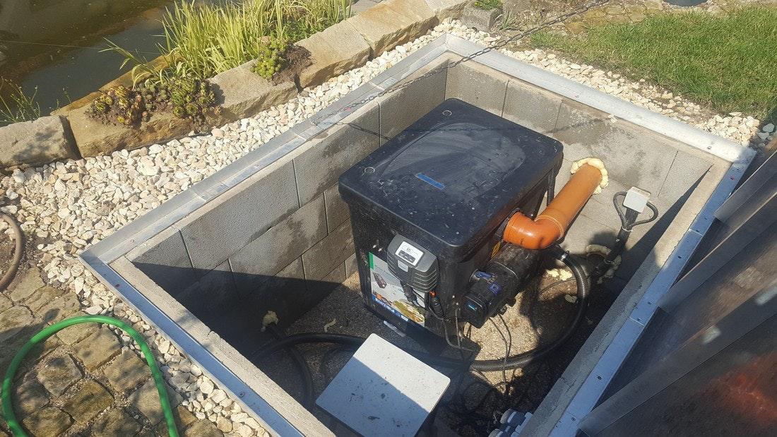 Gut versteckt: Die benötigte Teichtechnik ist in einem gemauerten Schacht direkt neben dem Teich verborgen.