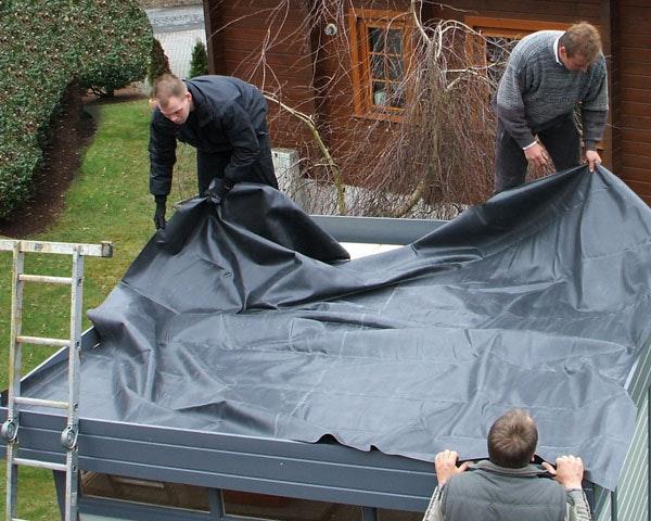 Auslegen der EPDM Folie auf dem Flachdach