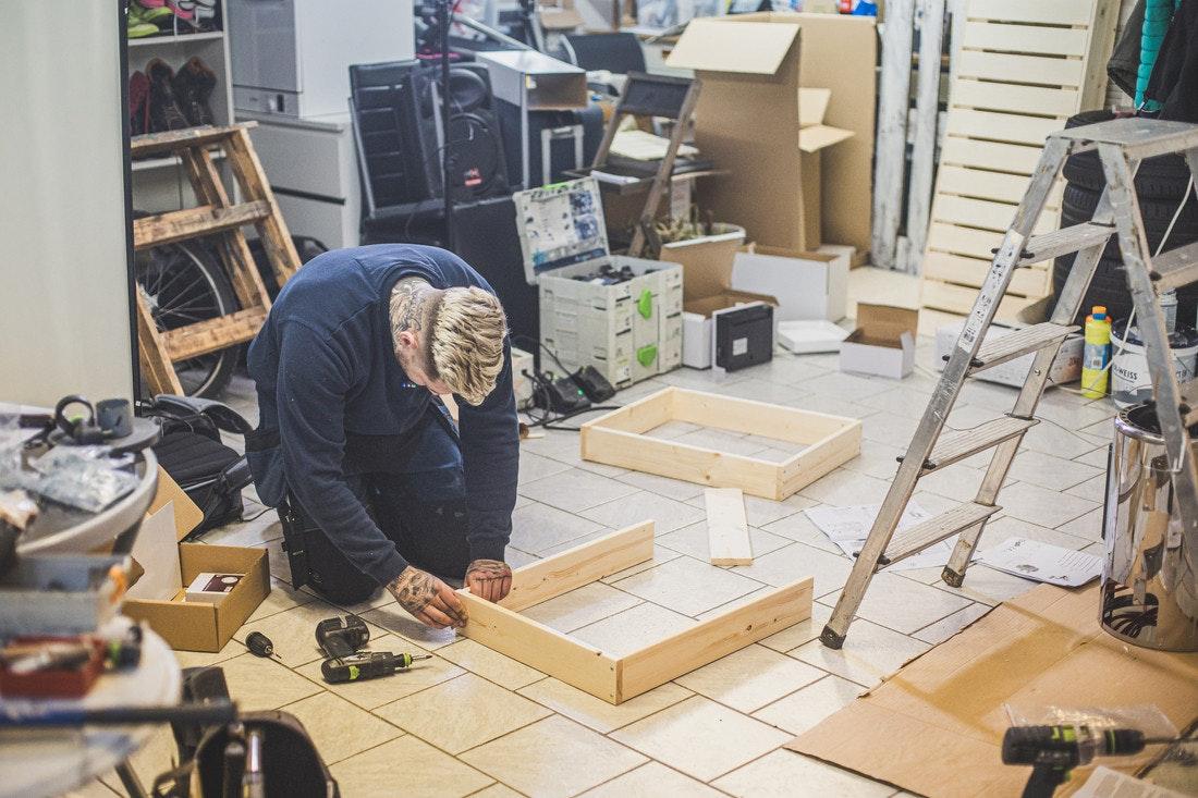 Wer eine Sauna selber bauen oder aufbauen möchte, sollte mit Werkzeugen umzugehen wissen. Wie es etwas einfacher geht, zeigen wir ihnen!
