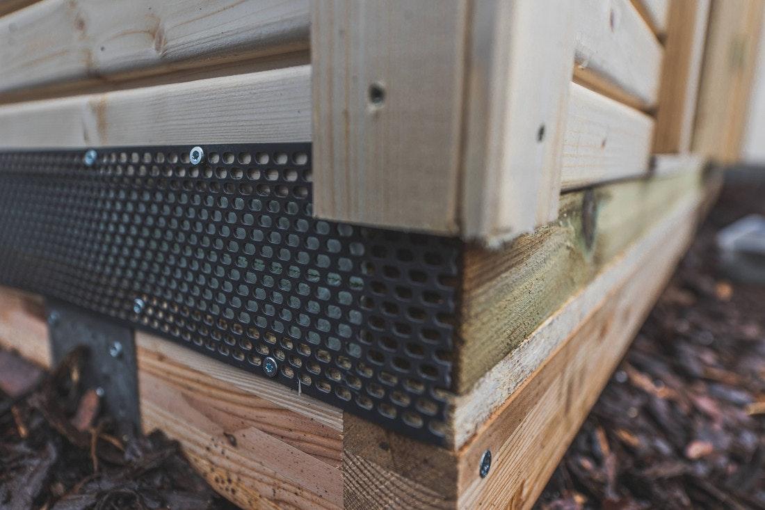 Die Öffnungen an den Seiten müssen mit einem Gitter gegen Nagetiere und andere Schädlinge gesichert werden.