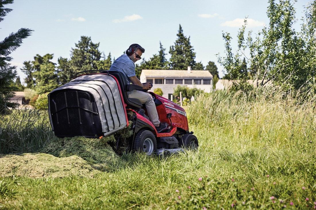 Aufsitzrasenmäher wie Rasentraktoren sind perfekt für große Rasenflächen
