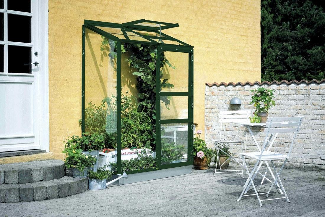 Anlehngewächshäuser sind praktisch, wenn man eine frei Wand aber sonst keinen großen Garten hat. So kann man trotzdem Gemüse anpflanzen.