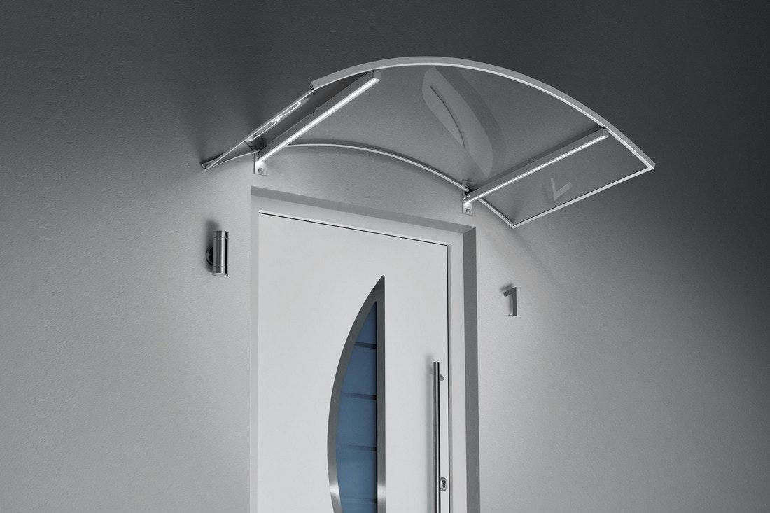 Ein Vordach aus Edelstahl und Glas mit integrierter LED-Beleuchtung