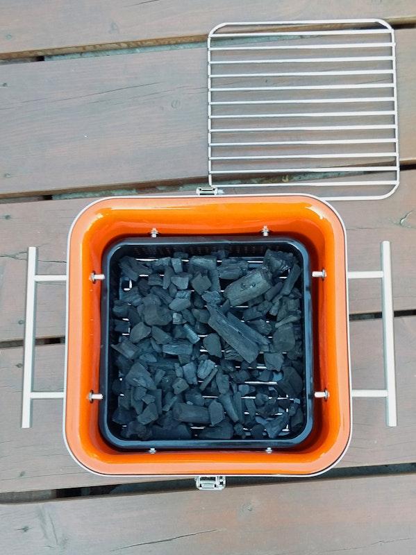 Draufsicht des Cube mit frischer Holzkohle auf dem Kohlerost