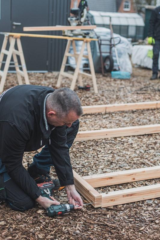 Der Bodenrahmen des Gartenhauses wird als erstes zusammengesetzt