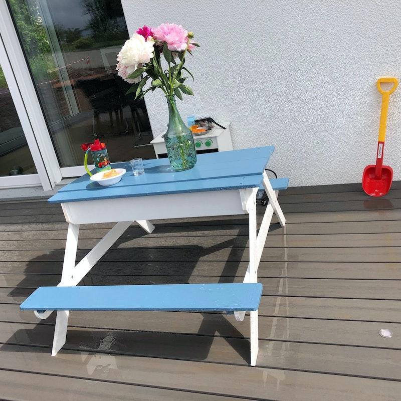 Kindersitzbank und Spieltisch gestrichen mit OSMO Landhausfarbe
