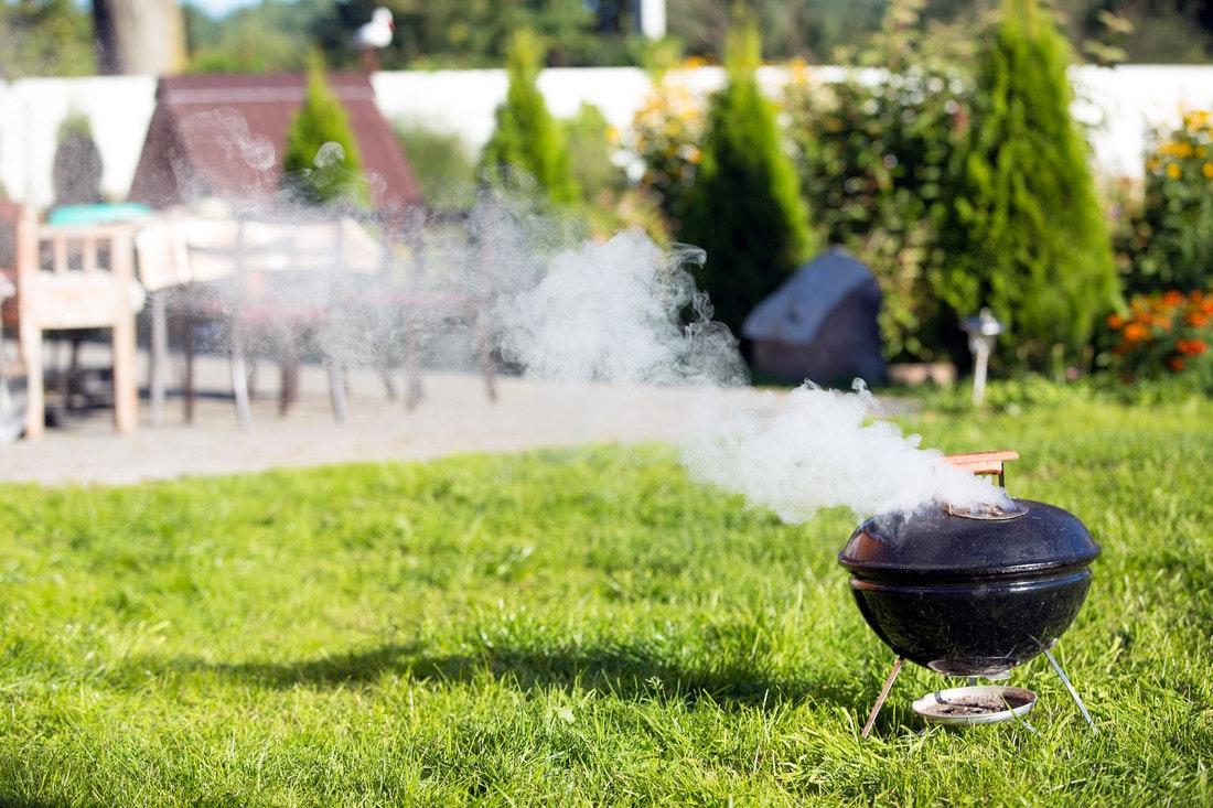 Wenn sich beim Grillen viel Rauch entwickelt und dieser in das Haus zieht kann es gefährlich werden