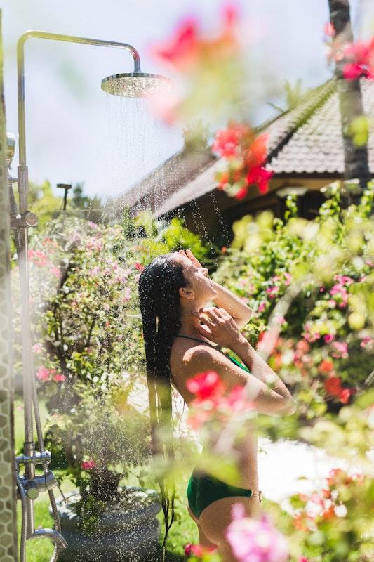 Duschen im Freien ist die perfekte Abkühlung nach dem Saunagang