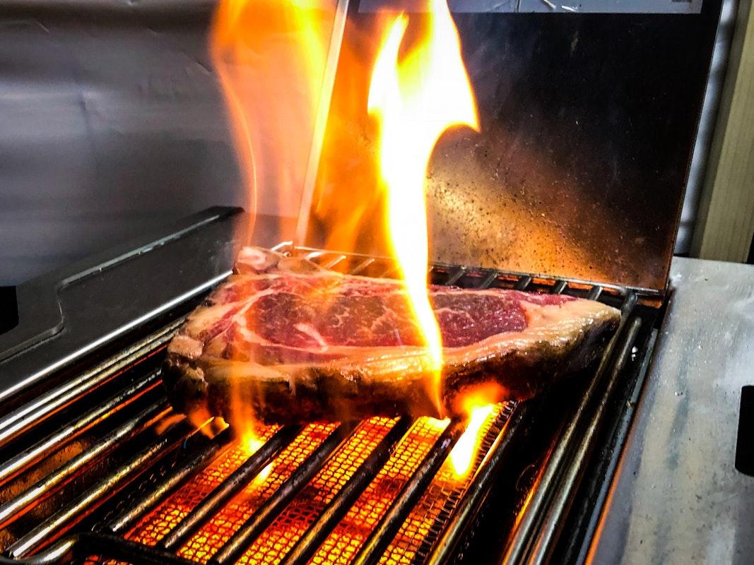 Steak wird auf Infrarotbrenner gebraten