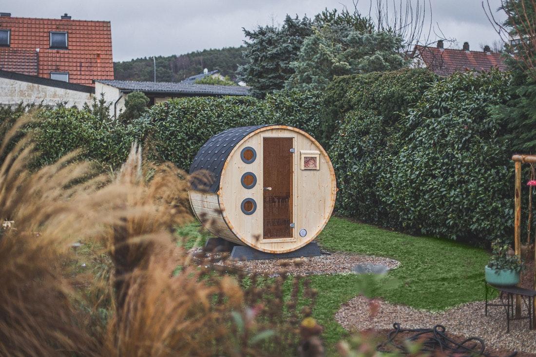 Klein aber fein - das fertige Wolff Finnhaus Saunafass ist ein absolutes Prachtstück!