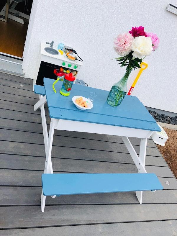 Fertig gestrichen: der kleine Picknicktisch ist der neue Lieblingsplatz!