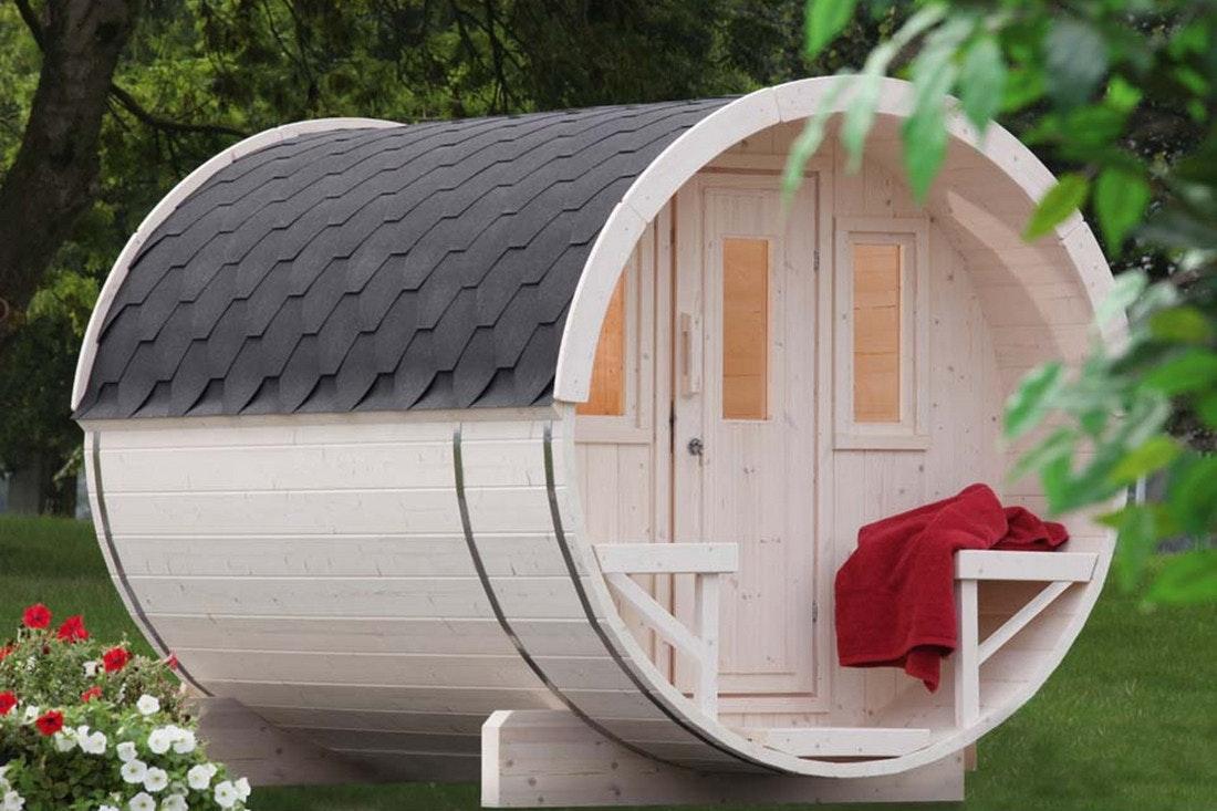 Ein weißes Saunafass von Wolff Finnhaus