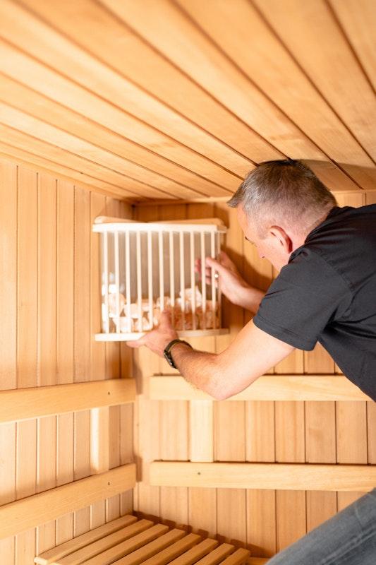 Wenn die Sauna steht kann die Saunaausstattung wie zum Beispiel Saunalampen montiert werden