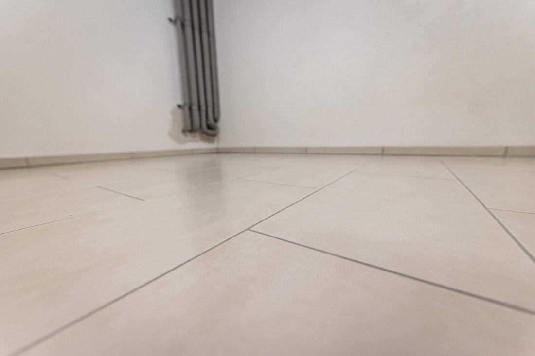 Ein gefliester Boden ist der ideale Untergrund für eine Innensauna