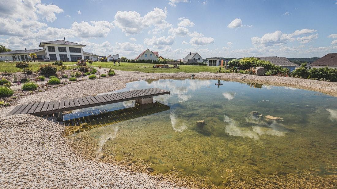 Großer Teich mit langem Bachlauf