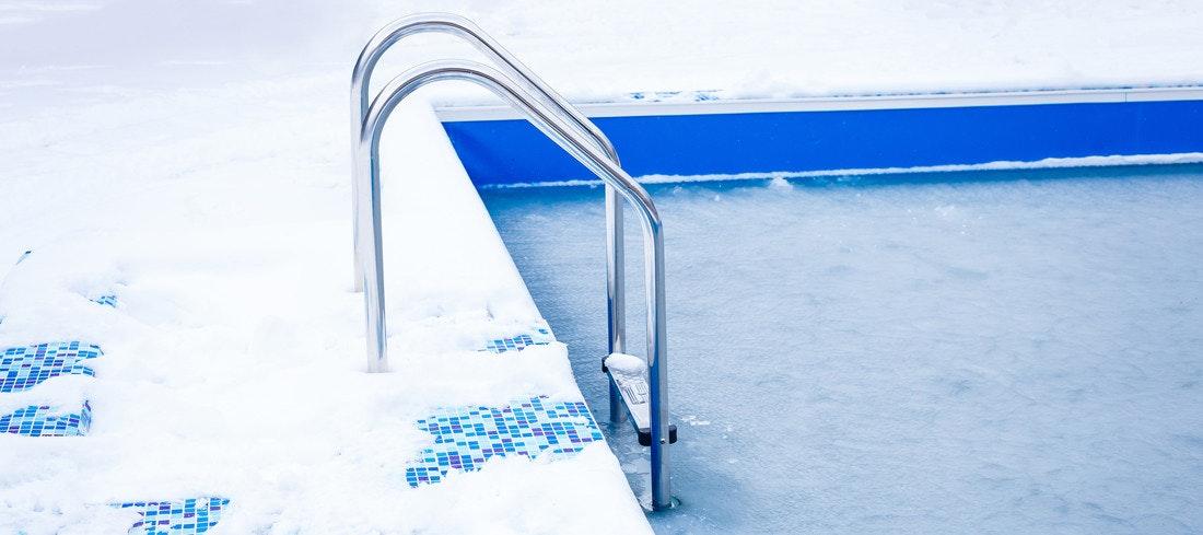 Eis und Schnee haben den Pool fest im Griff