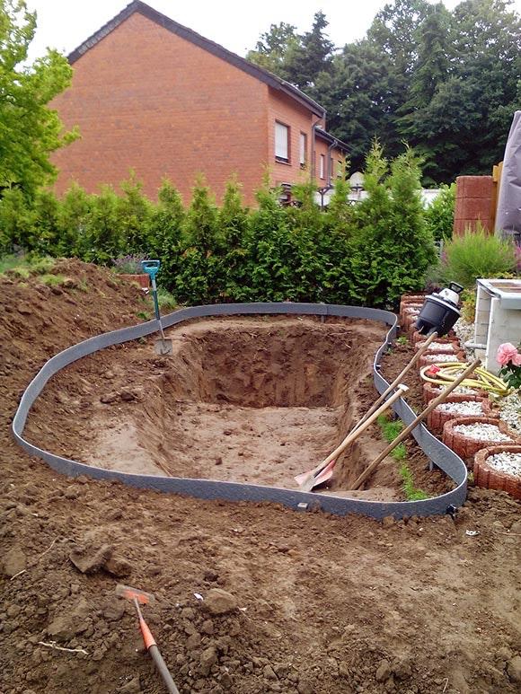 Die Teichgrube und die unterschiedlichen Tiefzonen werden ausgegraben.