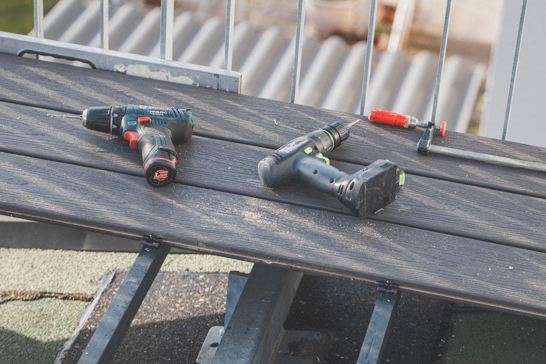 Für die Terrassenmontage wird wenig Werkzeug benötigt. Mit einem Akkuschrauber, lässt sich das Meiste erledigen