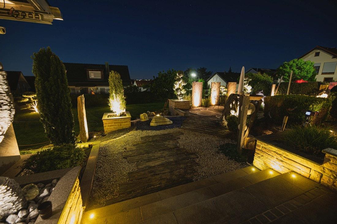 Terrasse wird mit unterschiedlichen Leuchten von allen Seiten angestrahlt