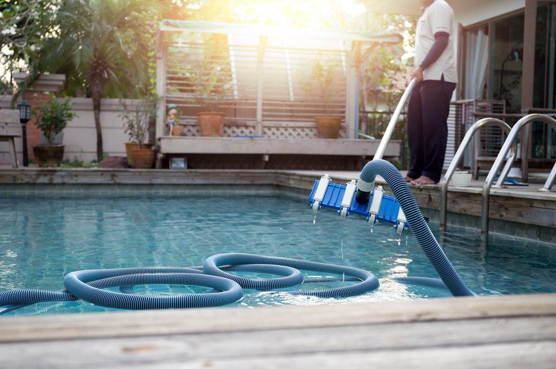Pool wird mit Sauger gereinigt