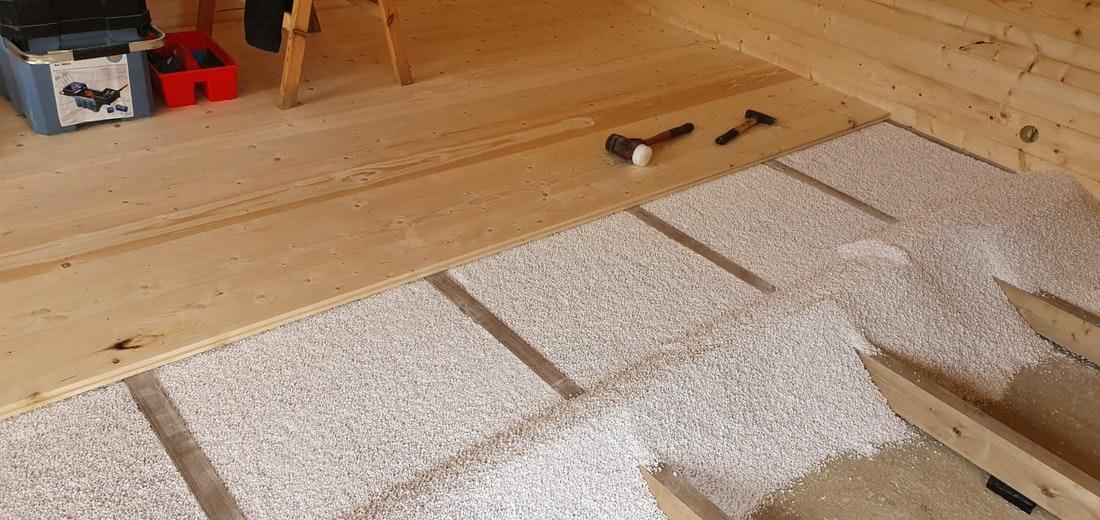 Verlegung des Fußboden Dämmungspakets für Gartenhäuser/Saunahäuser