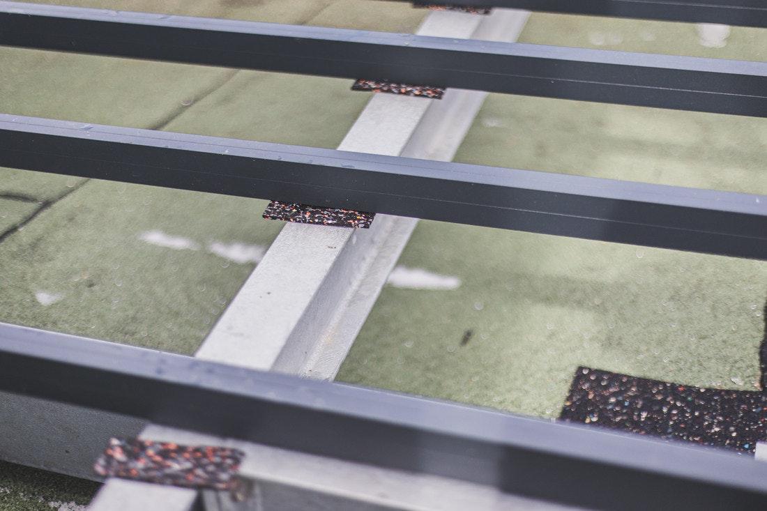 Die Gummipads dämpfen die Reibung des Metalls